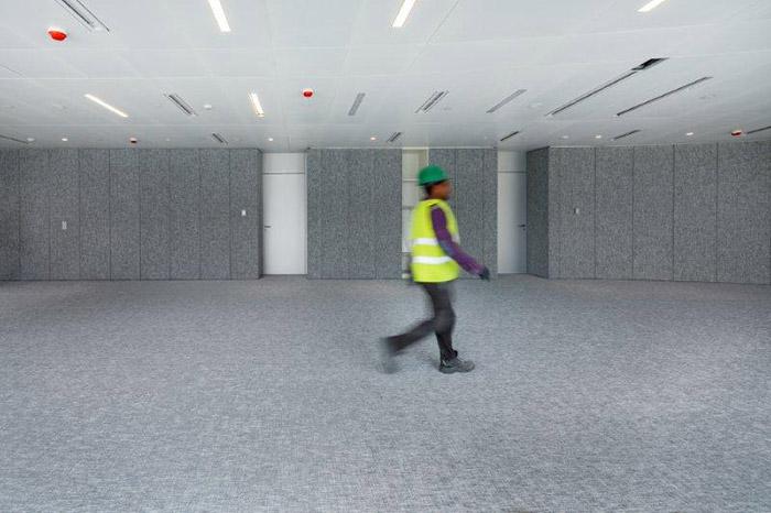Το υλικό προσφέρεται ως μοκέτα και ταπετσαρία τοίχου για να δοθούν περισσότερες διακοσμητικές επιλογές